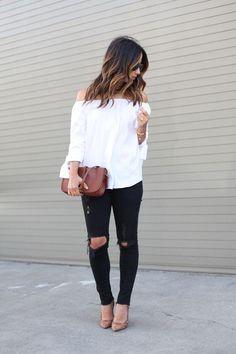 calça preta rasgada e blusa ombro a ombro