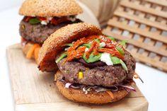 Hamburger s pljeskavicom punjenom lukom