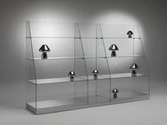 Las vitrinas: son expositores donde los productos están separados de los clientes mediante un cristal. Normalmente se usan para exponer productos de elevado valor, frágiles o que necesitan especial atención.