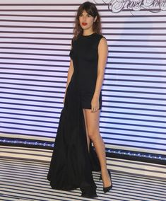 Street style da it-girl parisiense Jeanne Damas, com look perfeito para uma festa.