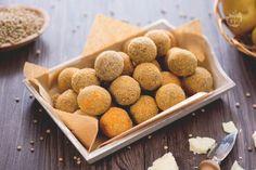 Le polpette di lenticchie sono una variante vegetariana delle classiche polpette impanate e fritte, insaporite con parmigiano. Ideali come finger food