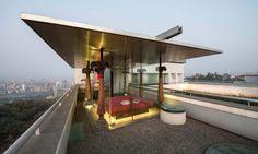 Le toit possède son propre salon/ chambre vitré offrant une vue sympa sur les environs
