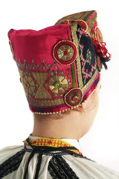 """Русский национальный костюм La """"soroka"""", tocado tradicional de mujeres casadas que cubre la cabeza y oculta el cabello, como manda la antigua tradición.  Lea más en http://mundo.sputniknews.com/foto/20130325/156685088.html#ixzz47u6gdj9j"""