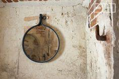 Dieser schlichte industrielle Spiegel passt an jede Wand.