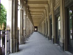 Sous les arcades du Palais Royal