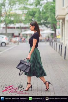So much love for this green pleated skirt 😍 all outfit details now on the blo. Green Skirt Outfits, Green Pleated Skirt, Pleated Skirts, Pleated Skirt Outfit Midi, Green Shoes Outfit, Black Pleated Skirt Outfit, Dress Shoes, Shoes Heels, Work Fashion