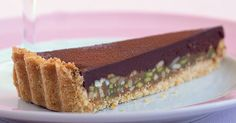 Crispy shortbread pastry, crunchy nuts, sweet caramel and rich chocolate ... can you think of a reason not to try this very nice dessert?