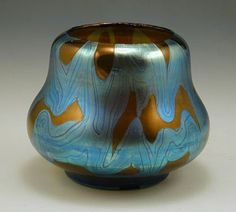 Irridescent glass vase in the phanomen pattern