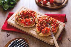 Le friselle cono pomodoro  e alici  sono un prodotto tipico pugliese, delle ciambelle salate croccanti realizzate con il pane cotto 2 volte.