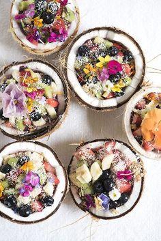 Le coconut bowl est la version légèrement twistée et encrore plus fraîche de l'açaí bowl. Proposée par Amaze Bowls au marché de Smorgasburg à…