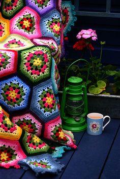 Coberta em Crochê Hexágono Colorida com Flores -  /  Deck under  Hexagon Crochet Hooks  with Flowers Colorful -