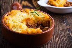 Beef cottage pie is classic comfort food. With old and new flavours, Our Super-easy cottage pie is a family favourite that's easy enough for a midweek meal Traditional Shepherds Pie, Malta, How To Cook Mince, British Dishes, Cheap Meat, Winter Dishes, Slow Cooked Beef, Cottage Pie, Le Diner