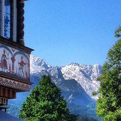 Ein Bild vor ein paar Tagen, als es richtig Sommer war #garmisch #partenkirchen #fußgängerzone #erker #alpspitze #sommer2013 #bayern #oberbayern #bavaria #bavarianalps #mountains #myhometown #bluesky #Padgram