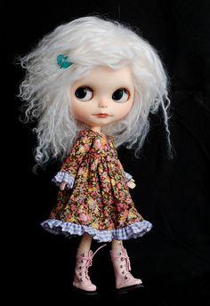 white hair doll Blythe Dolls, Barbie Dolls, Grey Hair Looks, Fairy Art, Beige, Gray, Cute Dolls, White Hair, Happy Thoughts