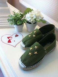 Funky had this in my head to upcycle my espadrilles and me just found it her☺ Kinds Of Shoes, Painted Shoes, Canvas Leather, Summer Shoes, Shoe Brands, Diy Fashion, Me Too Shoes, Boho Chic, Slippers