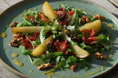 Salade met warme peer en knapperige Serranoham - http://truitjeroermeniet.be/2015/09/salade-met-peer-en-serranoham/