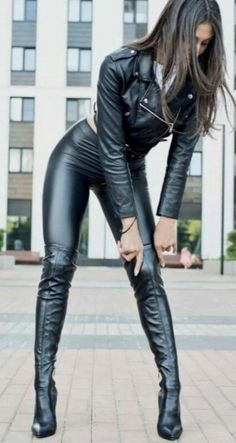 Adjusting her Boots - Kniehohe Stiefel Sexy Latex, Thigh High Boots, High Heel Boots, Sexy Stiefel, Leather Trousers, Leather Catsuit, Leather Jackets, Sexy Boots, Black Boots