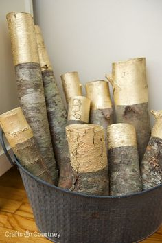 Gold Painted Decorative Logs Looking for an easy Fall or Winter project to do? Have some extra wood around? Turn old wood into a great home decor piece with a little gold spray paint! The post Gold Painted Decorative Logs appeared first on Wood Ideas. Decoration Chic, Rustic Decor, Diy Design, Gold Spray Paint, Silver Paint, Metallic Paint, Style Deco, Gold Diy, Diy Décoration