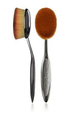 Ce pinceau au format XXL permet d'appliquer sa poudre ou son highlighter sur le visage, mais aussi s... - Glamour