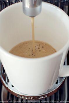 """早安 ! 需要黑咖啡 or 拿鐵 ?  每天喝咖啡,是否真的會影響骨質呢 ? 其實每天2~4杯,都算正常,另外擔心這個問題,不如多補充含鈣食品,和 """"多運動""""。"""