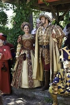 Texas Renaissance Festival - King Henry VIII and Queen Katherine of Aragon. Mode Renaissance, Renaissance Festival Costumes, Medieval Costume, Renaissance Fashion, Renaissance Clothing, Medieval Dress, Historical Costume, Historical Clothing, Tudor Costumes