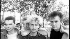 UNSPECIFIED - CIRCA 1980:  Photo of Depeche Mode  -  12. September 2016 von Ariana Zustra Die britische Synthie-Pop-Band veröffentlichte zwei Fotos auf sozialen Netzwerken – und Fans rätseln, was sie bedeuten könnten