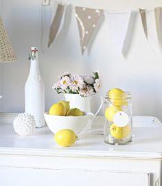 Decorar con limones, decorate with lemons Table Centerpieces, Table Decorations, Lemon Flowers, Cottage Bath, Beach Cottages, Humble Abode, Coastal Decor, Best Part Of Me, Party Themes