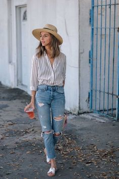 Jeans are versatile bottoms you can wear all weekend long. In today's post I want to share with you casual jeans outfit ideas you might want to wear on repeat. Look Fashion, Fashion Outfits, Fashion Trends, Womens Fashion, Jeans Fashion, Ladies Fashion, Trendy Fashion, Fashion Tips, Ripped Mom Jeans