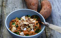 ZOETE AARDAPPEL STAMPPOT  1. Schil de zoete aardappel, snij in stukken en kook ze tot ze zacht zijn. 2. Snij de fetakaas in blokjes. 3. Giet de aardappels af en laat goed uitlekken. 4. Voeg de kruiden en zout & peper toe en stamp de aardappelen tot je een stamppot hebt. 5. Schep de rucola en fetakaas door …