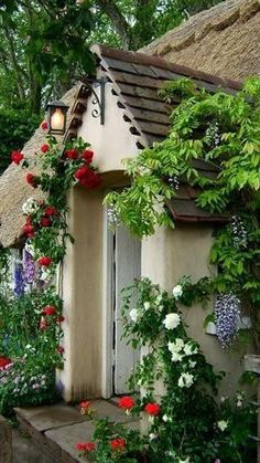 Love this entry way. The lamp, the colors, the flowers, especially the red rose bushes. BEAUTIFUL
