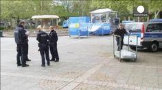 La policía alemana patrulla la ruta donde iba a transcurrir una carrera ciclista internacional en Fránfort, este Primero de Mayo