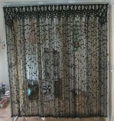 Cortina de macramé de color negro. Modelo Reina. Macrame Curtain, Beaded Curtains, New Crafts, Decor Crafts, Hobbies And Crafts, Curtain For Door Window, Macrame Art, Thread Art, Yarn Bombing