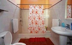 Detalle de baños Cuba, Colonial, Curtains, Shower, Bathroom, Prints, Hotels, Rain Shower Heads, Washroom