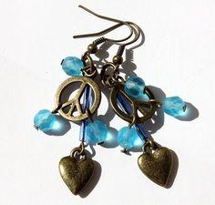 Boucles d'oreilles en bronze avec symbole peace et un petit coeur et des perles de verre dépoli bleu glacier