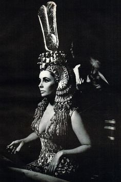 Film: Elizabeth Taylor as Cleopatra Elizabeth Taylor Cleopatra, Elizabeth Taylor Quotes, Film Elizabeth, Hollywood Glamour, Classic Hollywood, Old Hollywood, Belly Dancing Classes, Mode Costume, Egyptian Queen