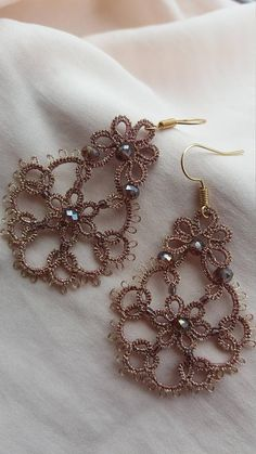 Earrings, handmade with team frivolite, with metallic thread of high quality, crystals and glass beads. Tatting Bracelet, Tatting Earrings, Tatting Jewelry, Lace Earrings, Wire Jewelry, Beaded Jewelry, Crochet Earrings, Needle Tatting, Tatting Lace