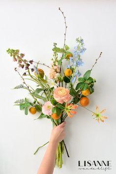 Interieurblog ~ Lisanne van de Klift ~ Home & Lifestyle Happy Flowers, Bunch Of Flowers, Love Flowers, Wild Flowers, Wedding Flowers, Hand Tied Bouquet, Flower Aesthetic, Amazing Flowers, Plant Decor