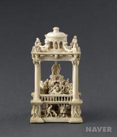 루브르 박물관에 소장되어있는 17세기경에 상아로 조각된 작품이다. 동시대에 그려진 같은 주제의 회화와 비교해보면 공통점이 있다. 예수를 수많은 사람 가운데에 배치함으로써 신성성을 약화시키고 인간미를 높였다는 점에서 그러하다.  출처 : 네이버 지식백과 The Cross Of Christ