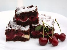 Cheesecake brownies s višňami, Koláče, recept Sweet Desserts, Dessert Recipes, Bar Recipes, Cheesecake Brownies, Nom Nom, Food And Drink, Healthy Eating, Yummy Food, Healthy Recipes