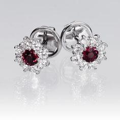 Pendientes rubí y diamantes FLOR. Pendientes tipo roseta con rubí central, y diamantes talla brillantes en orla con 0,70 quilates de peso total, engastados en oro blanco de 18 kilates.