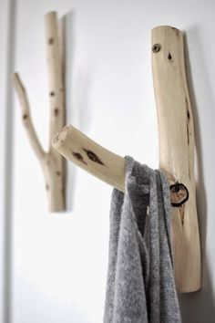 These wooden hangers would look great in a Colorado mountain home. Upcycled Furniture, Diy Furniture, Deco Nature, Wooden Hangers, Wood Hooks, Wood Projects, Photo Projects, Wood Crafts, Diy Home Decor