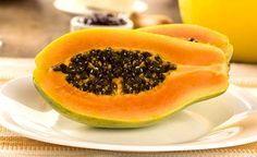 (Zentrum der Gesundheit) – Papayakerne sind die kleinen schwarzen Samen der Tropenfrucht Papaya. Die gesundheitlichen Vorzüge der köstlichen Frucht kennt man längst. Die Samen der Papaya landen hingegen nur allzu oft im Müll. Ein Fehler! Denn die Papayakerne sind fast noch wertvoller als die Frucht. Sie wirken sehr spezifisch, sorgen für die Regeneration der Leber und bekämpfen nachweislich Darmparasiten – und zwar besser als so manches schulmedizinische Anti-Wurmmittel. Nicht minder…