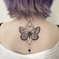 Borboleta com meia lua pra estrear a pele da Isis. Gratidão pela confiança!  Para agenda e orçamentos:  11 38137239 ✉️ contato@gellystattoo.com.br #tatoo #blackwork #borboleta #butterfly #butterflytattoo #tatuagem #ink
