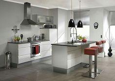 cucina con isola e sgabelli rossi