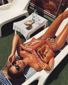 Summertime Tan with magazine 70s Aesthetic, Summer Aesthetic, Summer Dream, Foto Pose, Summer Photos, Summer Vibes, Cute Pictures, Summertime, Photoshoot