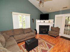 5006 Long Pointe Rd Wilmington NC 28409 Large Family room with soothing paint colors and beautiful corner fireplace