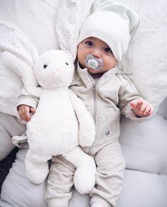 @rodriiiguezj I samarbete med @fargformsweden har Oliver fått hem dessa fina kläder. Byxorna och collegetröjan är av mjuk ekologisk bomull i färgen beige. Även mössan är tillverkad i mjuk ekologisk bomull men är i färgen mintgrön ______________________________ #inspirationforpojkar #samarbete #justbaby #babyboy