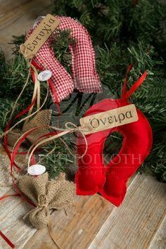 Χριστουγεννιάτικες μπομπονιέρες μαξιλαράκια σχήμα πέταλο διακοσμημένο με ξύλινο ταμπελάκι με ευχές