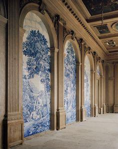 Construit au milieu du XXe siècle par deux frères passionnés d'art, le château de La Mercerie dresse son architecture classique au cœur de la Charente. Détail, mais de taille : sa construction n'a jamais été achevée. Visite d'une étonnante folie à la française. Les azulejos de la Mercerie, qui datent du milieu des années 1960, ont été fabriqués à Aveiro, au Portugal, et reprennent des toiles des XVIIe ou XVIIIe siècles. © Ambroise Tézenas