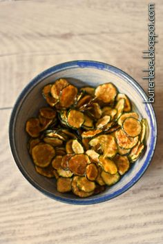 Butterliebe LCHF Blog : Rezept Zucchini-Chips aus dem Ofen oder Dörr-Automaten Zucchini Chips, Recipe Zucchini, Clean Recipes, Diet Recipes, Snacks Für Party, Eat Smart, Vegan Keto, Paleo Dinner, Paleo Dessert